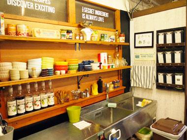 キッチン洗い場と可愛いカフェ食器