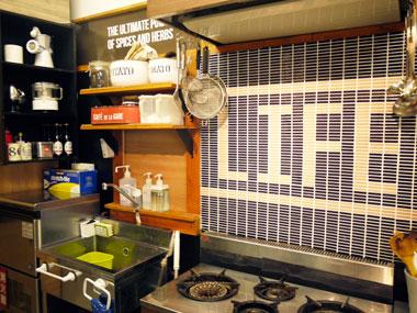 キッチンの4口ガスコンロとモザイクタイルと洗い場