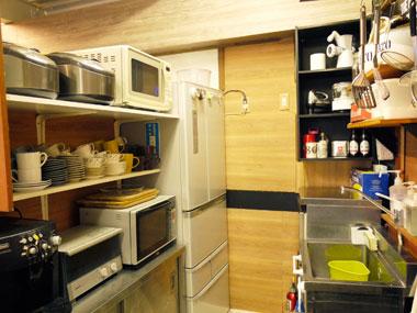 レンタルカフェキッチンの冷蔵庫と調理機器