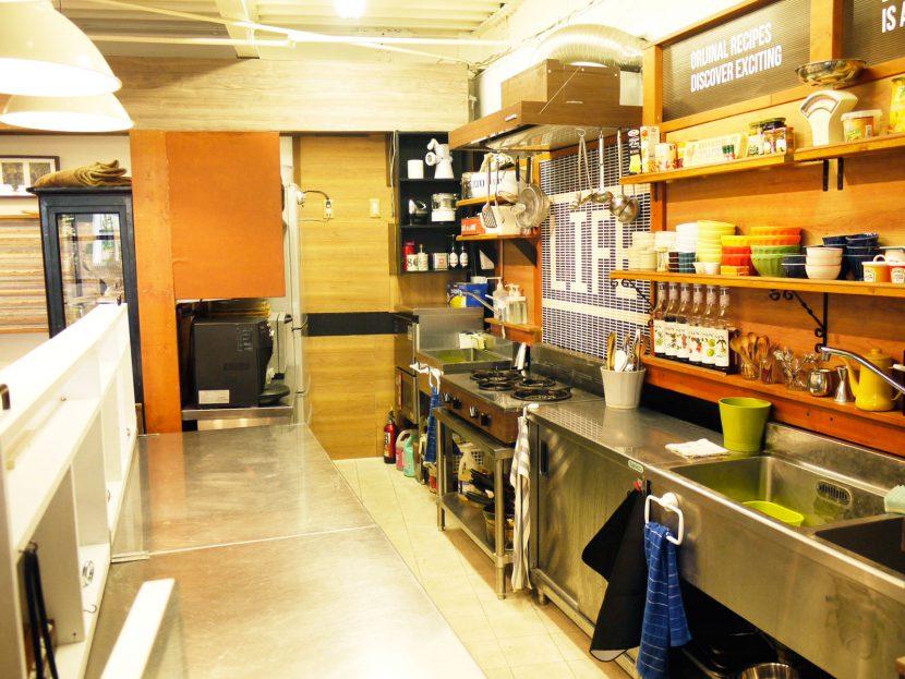カフェキッチンの調理設備と食器類